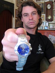 Gravírozott óra Brad Pittől