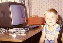 gyerek néz egy régi képen