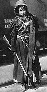 katonanőt ábrázoló archív fotó