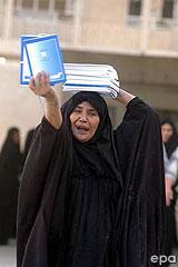 Iraki asszony alkotmányt oszt