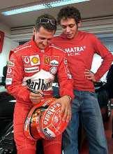 Michael Schumacher (balra) a finom fogásokra oktatja Rossit