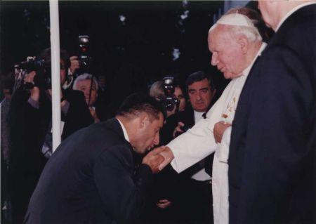 Kézcsók a pápának