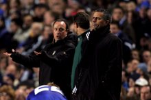 Elöl Mourinho, háttérben Benítez (fotó:epa)