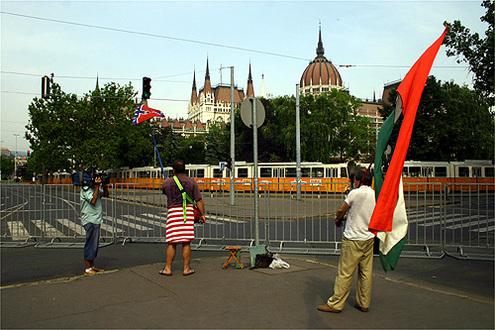 Két tüntető a Kossuth tér sarkában // Fotó: Nagy Attila, (c) 1999-2020 Index.hu