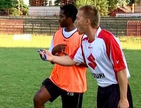 Borgulya István dirigál, mellette a mozambiki Genito (Kép: TV Kispest)