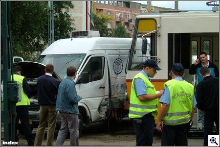 Mercedes Sprinter kanyarodott a villamos elé a Fiastyúk utcai megállónál