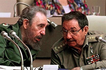 Fidel Castro és öccse, Raúl Castro Ruz 1999 decemberében (Fotó: Adalberto Roque)