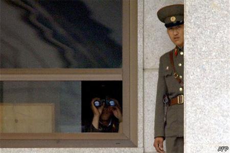 Észak-koreai katonák a demilitarizált övezetben 2006. július 26-án (Fotó: Jung Yeon-Je)