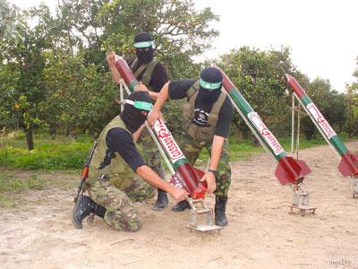 Palesztin harcosok rakétakilövést készítenek elő