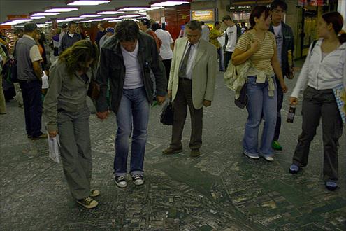 Műholdkép az aluljáró padlóján // Fotó: Nagy Attila, (c) 1999-2011 Index.hu