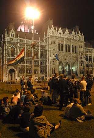 Emberek gyülekeznek, beszélgetnek a Parlament előtt Fotó: MTI