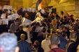 Több mint ezer tüntető megrohamozza a Magyar Televízió épületét