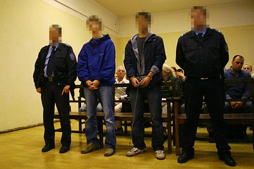Két megbilincselt tinédzser // Fotó: Nagy Attila, (c) 1999-2021 Index.hu