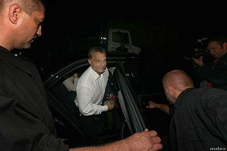 Orbán Viktor testőrök között