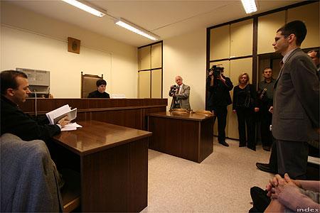 Novák Előd bíróság előtt (Fotó: Nagy Attila)