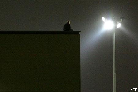Az éjjelt a tetőn töltötte (Fotó: AFP/Sebastian Willnow)