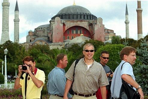 Turisták Isztambulban, háttérben a csodajelölt. // Fotó: --, (c) 1999-2021 Index.hu