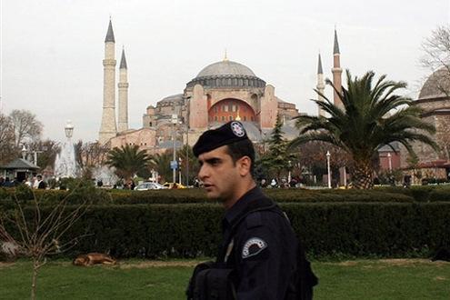 Rendőrök biztosították a környéket a 2006. novemberi pápalátogatás idején. // Fotó: --, (c) 1999-2021 Index.hu