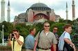 Turisták Isztambulban, háttérben a csodajelölt.