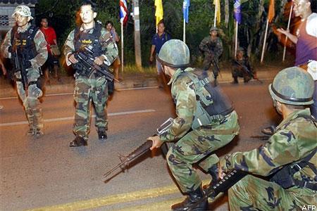 Katonák biztosítanak egy megtámadott helyszínt