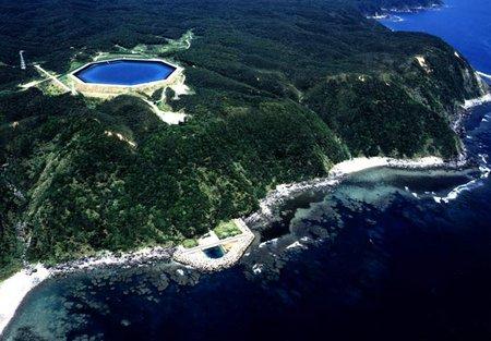 Szivattyús energiatározó az okinawai tengerparton