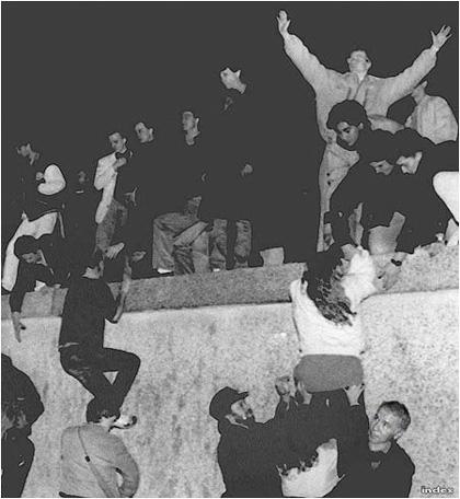 Horn Gyula, Magyarország külügyi államtitkára 1989-ben, a berlini fal leomlásakor is két kézzel segédkezett a német újraegyesülésnél (Fotó:MTI/Tbg)