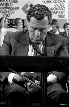 Horn Gyula, az MSZMP KB külügyi bizottságának osztályvezetője is derekasan képviselte hazánkat a Rubik-kockával az 1982-es budapesti világbajnokságon
