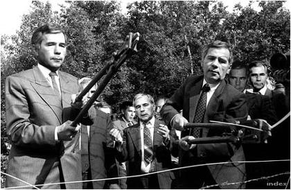 Horn Gyula külügyminiszter és Horn Gyula külügyminiszter lebontják a Sopron melletti műszaki határzárat 1989 június 27-én. Egy apró nyisszantás Horn Gyulának, nagy boldogság az így szabaddá váló kelet-németeknek (Fotó:MTI/Tbg)
