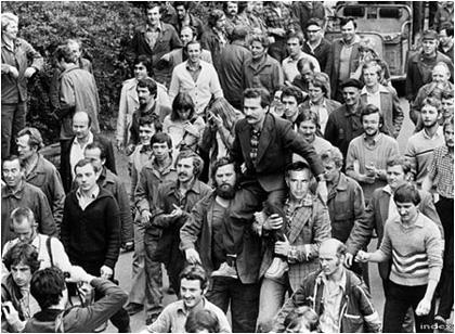 A gdanski munkások és Horn Gyula a vállukon viszik Lech Walesát, akinek vezetésével a lengyel kormányt arra kényszerítették lazítson a kommunista rezsim béklyóin (Fotó:AFP/Tbg)