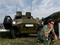 Militarista fesztivál a gőzölgő aszfalton