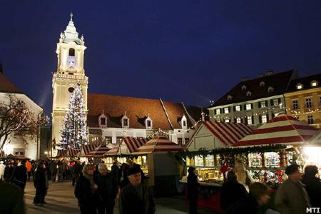 Karácsonyi vásár ünnepi kivilágítása Pozsony óvárosában