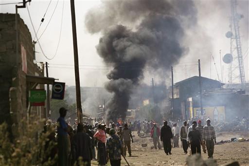 H�rom helikopterr�l sorozz�k az egym�ssal konfront�l� t�rzsek tagjait a kenyai katon�k az orsz�g nyugati r�sz�n fekv� Naivasa v�ros�nak k�zel�ben.