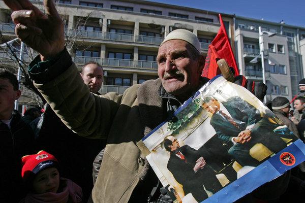 Egy f�rfi megeml�kezik a f�ggetlen Koszov� meg�lmod�j�r�l, a 2006-ban elhunyt Ibrahim Rugov�r�l. A k�pen Bill Clintonnal a Feh�r H�zban.