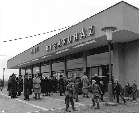 Vác, 1963. április 1. A Dunai Cementmű új lakótelepén április 1-én Tausz János belkereskedelmi miniszter nyitotta meg az ország első ABC áruházát.