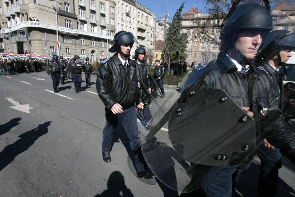 Sok volt a rendőr a M�rcius 15. t�ren