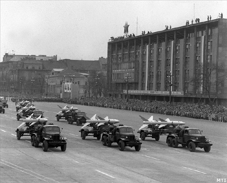 Budapest, 1964. április 4. Katonai díszszemle a Dózsa György úton.