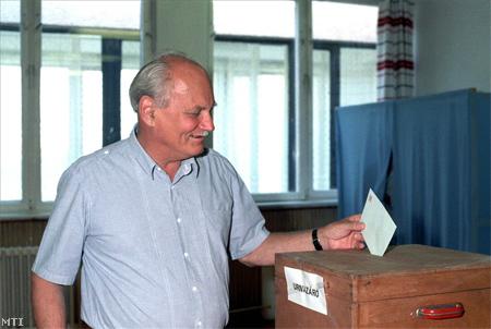 A néhány nappal később elnökké választott Göncz Árpád szavaz