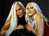Donatella Versace (balról) és Christina Aguilera (jobbról)