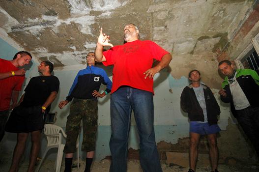 A gondos főszervező, Lovas a büfében bejelenti a verseny ideiglenes leállítását
