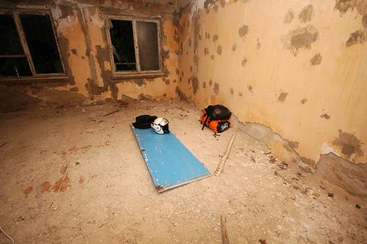 Alvóhelyem: itt felejtett szovjet katonai épületben egy bugyikék ajtószárny