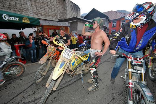 A felvonuláson lerobbant a versenymotor - legalább volt idő egy sörre