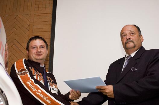 Megyeri István és Dr. Göndöcs Zsigmond kézfogással pecsételi meg az átadást