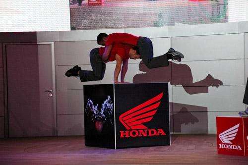 Honda akrobatika volt, de az új V4-es csak két év múlva várható