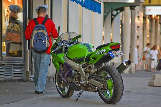 A méregzöld festés kötelező egy sport Kawasakinak