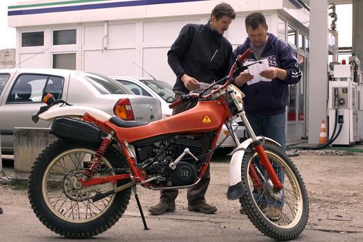A régi és az új tulajdonos a motor mellett