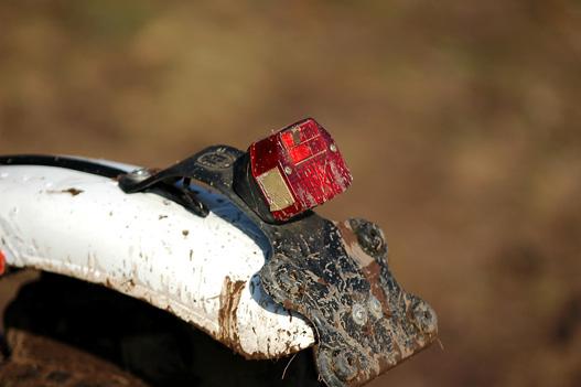 A lámpát tartó gumipánt rugamas, az eséseket is túléli a lámpatest