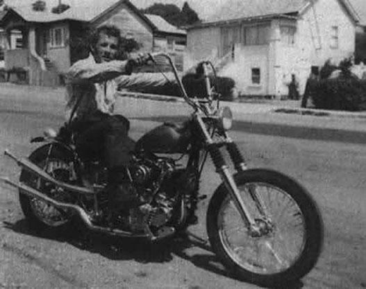 Sonny Barger, az Oaklandi Hell's Angels alapítója egy bobberrel