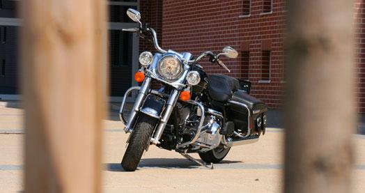 Zárt bukóban, plexi nélkül kellemesebb vele menni. De ki vezet ilyen Harleyt zárt bukóban?