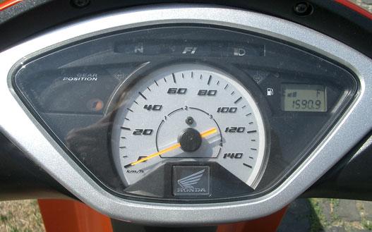 A fokozatvisszajelző hasznos, az óra vastagon túlskálázott
