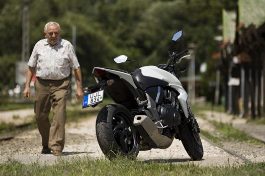 A design modern és fiatalos, a fotózás alatt mégis sok idősebb motoros megcsodálta